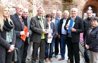 Bürgermeister Tilman Petters (vierter von links) hat am Freitag aus den Händen von Johannes Klauser, Ortskurator der Deutschen Stiftung Denkmalschutz, (zweiter von rechts) eine Broneztafel entgegengenommen.