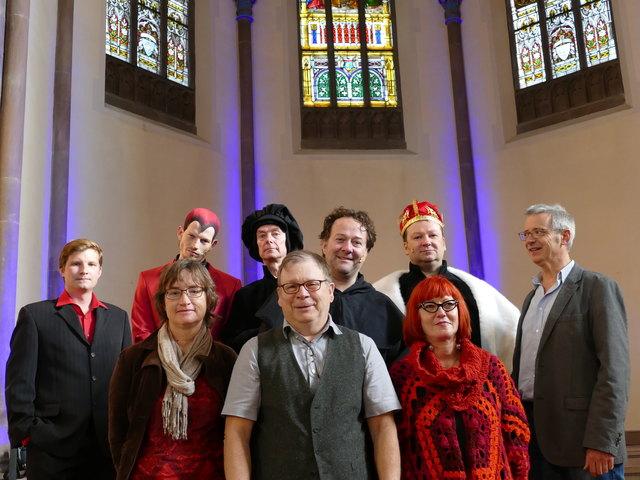 """Das """"BAAL novo""""-Ensemble und die kirchlichen Gastgeber – vorne v. l.: Claudia Roloff (Pfarrerin), Tilmann Krieg (Autor), Diana Zöller (Regisseurin); hinten v. l.: Max Siegmund (Musiker), Benjamin Wendel (Belial), Edzard Schoppmann (Melanchton), Hendrik Pape (Martin Luther), Guido Schumacher (von Staupitz) und Christian Kühlewein-Roloff (Pfarrer)"""