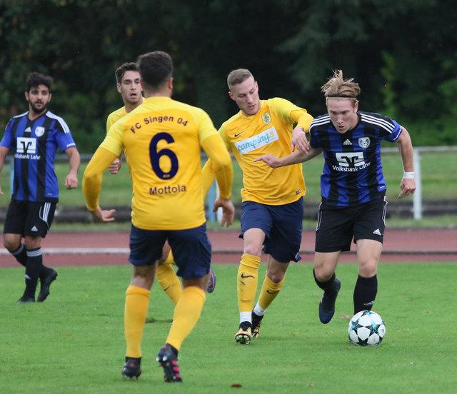 Der SC Lahr (blaues Trikot), hier mit Konstantin Fries in Aktion, behielt im Heimspiel gegen den FC Singen die Oberhand.