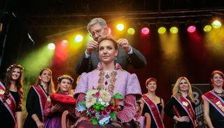 Umrahmt von den bisherigen Chrysanthemen-Königinnen, wurde Lea I. gestern von Oberbürgermeister Wolfgang G. Müller gekrönt.