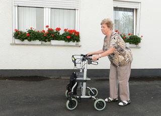 Ist die Krankheit schon weiter fortgeschritten, sind Parkinson-Kranke meist auf Gehhilfen angewiesen. Medizinische Hilfe finden sie auch in speziellen Parkinson-Kliniken wie etwa in Wolfach.