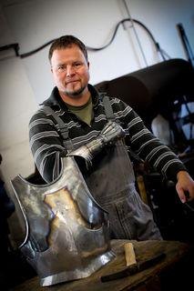 In seiner Plattnerwerkstatt in Orschweier stellt Peter Müller Rüstungen aus verschiedenen Epochen und Kulturen her.
