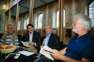 Bürgermeister-Stellvertreter Dieter Kirschbaum, Bürgermeister Matthias Gutbrod, Karl Kopp und Jürgen Stude bei der Buchvorstellung in Kippenheim (von links)