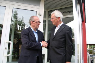 Geglückte Übernahme: Herbert Hief (links) und Rudolf Bischler nach der Vertragsunterzeichnung