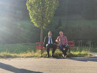 Bürgermeister Matthias Bauernfeind (links) und Gemeinderatsmitglied Holger Mai auf einer der neuen Mitfahrbänke.