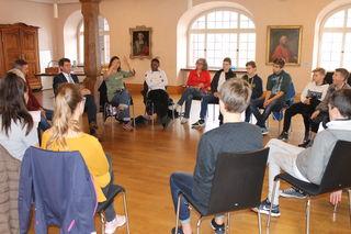 Bruno Metz im Gespräch mit Schülern von Sankt Landolin
