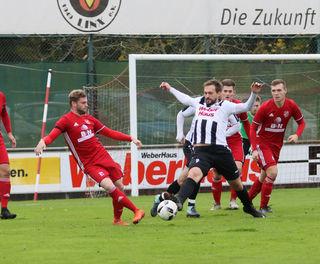 Der SV Linx (weißes Trikot) war im Derby gegen Tabellenschlusslicht Hofstetten meistens einen Schritt schneller.