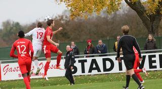 Der FC Auggen (rotes Trikot) gewann überraschend mit 4:2 beim SV Stadelhofen.