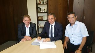 Martin Wenz (links), Leiter Unternehmenssteuerung im E-Werk Mittelbaden, Bürgermeister Pfundstein (Mitte) und Lothar Baier, Netze Mittelbaden, bei der Vertragsunterzeichnung.