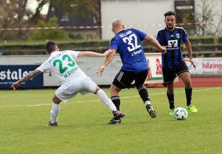 Der SC Lahr (blaues Trikot) hatte im Derby in Kehl alles im Griff und gewann 3:0.