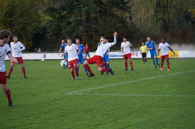Keinen Sieger gabe es zwischen dem TuS Durbach (blaues Trikot) und RW Elchesheim.