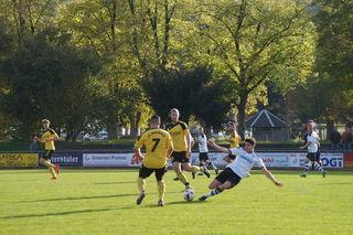 Der SV Oberkirch (gelbes Trikot) behielt mit 1:0 knapp die Oberhand über den SV Freistett.