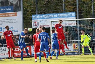 Der SV Oberachern (blaues Trikot) blieb auch im elften Spiel in Folge ungeschlagen.