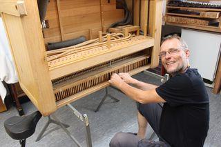 Orgelspezailist Oliver Schell bei der Arbeit