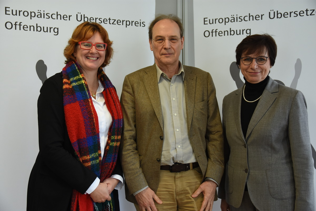 Michael Walter mit Oberbürgermeisterin Edith Schreiner, rechts, und Kulturchefin Carmen Lötsch