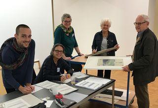Dr. Susanne Ramm-Weber, Vorsitzende des künstlerischen Beirats, (Mitte) berät ein Ehepaar bei der Einschätzung ihrer Bilder, mit dabei ein Student der Kunstschule und Karin Treeck, Mitglied des Förderkreises.