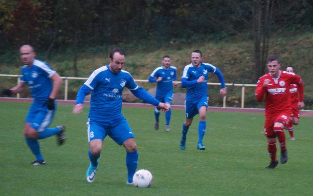 Der TuS Durbach (blaues Trikot) überraschte beim Auswärtsspiel in Bühlertal und gewann 2:1.