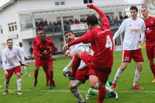 Getümmel im Strafraum: Stadelhofens Salihu (Mitte) versucht sich durchzusetzen und traf doppelt für seine Mannschaft.
