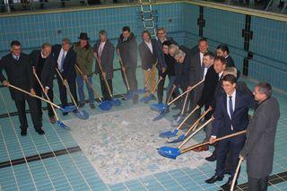 Landrat, Regierungsdirektor, Bürgermeister und Planer beim Spatenstich für das neue Kinzigtalbad.
