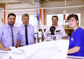 Bürgermeister Philipp Saar beim Unternehmensbesuch mit Geschäftsführer Frank Mildner, Werksleiter Hubertus Moog, Mitarbeiterin Christine Armbruster (v. l.).