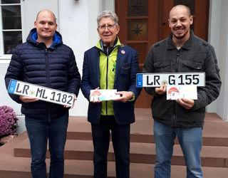 LR-Kennzeichen sind beliebt (v. l.): Markus Lutterer, Oberbürgermeister Wolfgang G. Müller und Adriano Sammartino