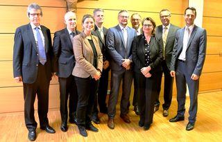 Der Vorsitzende des Spitalvereins Professor Dr. Jörg Laubenberger (2.v.l.) und Verwaltungsdirektor Mathias Halsinger (r.) mit den Referenten des Symposiums