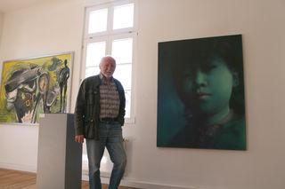"""Walter Bischoff vor einem Bild von He Jin Wei, der auch in der aktuellen Ausstellung """"Mixed ZONE"""" zu sehen ist."""