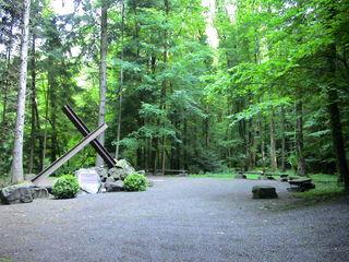 """Die Gedenkstätte liegt in der Nähe der ehemaligen Deponie """"Vulkan"""" zwischen Haslach und Mühlenbach. Die Abzweigung ist an der B 294 ausgeschildert."""