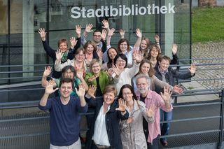 Das Team der Stadtbibliothek auf dem Kulturforum freut sich über das Jubiläum.
