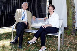 Werner Bock, bis 2013 Messe-Geschäftsführer, betrachtet mit Oberbürgermeisterin Edith Schreiner im Jahr 2012 gemütlich auf einer Bank sitzend das erneuerte Messegelände.