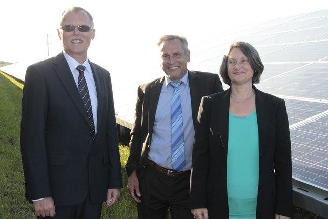 Klaus Jehle (Mitte), hier mit Regierungspräsidentin Bärbel Schäfer Foto: hga