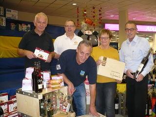 Viele Hände helfen beim Aufbau: Hans-Jürgen Seebacher (v. l.), Manfred Röderer, Franz Bähr, Ingrid Stückler, Josef Tetz