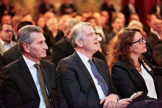 Gastredner Günther Oettinger (links), BVDA-Präsident Alexander Lenders und Isabel Obleser bei der Herbsttagung in der Ortenau
