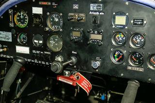 Das Cockpit mit dem roten Notfallhebel: Zieht ihn der Pilot während des Flugs, dann schießt eine Rakete mit Rettungsfallschirm in die Luft.