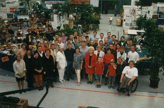 """Familienfoto: Alle Aussteller der ersten Leistungsschau """"Handwerk und Gewerbe"""" im Rahmen des Willstätter Jahrmarktes auf einen Blick."""