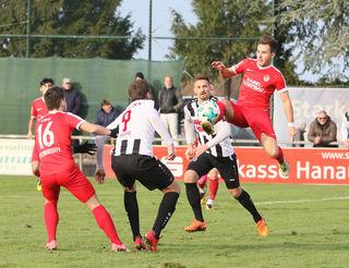Packende Szenen gab es im Ortenauderby zwischen dem SV Linx (weißes Trikot) und dem Offenburger FV, welches die Rheinauer mit 2:0 gewannen.