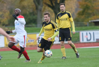 Der SV Oberkirch (gelbes Trikot) verlor unglücklich gegen den VfR Willstätt.