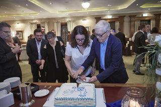 Isabel und Wolfgang L. Obleser beim Anschneiden der Geburtstagstorte – ein Geschenk der Verlagsmitarbeiter.