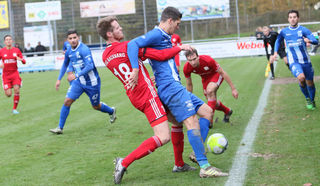 Die TSG Backnang konnte sich gestern Nachmittag beim SV Oberachern (blaues Trikot) nicht durchsetzen und verlor am Ende klar mit 0:4.