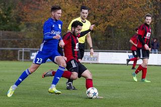 Lahrs Violand Kerellaj (rechts) und Lukas Metzinger vom SV Endingen kämpfen um den Ball.