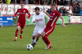 Der Kehler Stefan Laifer (links) im Zweikampf mit Matthis Eggert vom Freiburger FC.