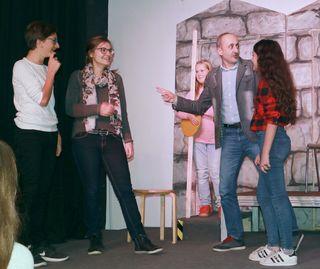 """Zwölf Rollen und Schauspieler gibt es in dem Stück """"Abenteuer in Lachland"""", für das Janik Lorenz (v. l.), Katja Lorenz, Tiffany Back, Alisan Erdogan und Selin Erdogan gerade proben."""