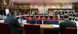 Unter Leitung von Landrat und AERTE-Vizepräsident Frank Scherer (links) erörterte der Lenkungsausschuss der europäischen Vereiningung wie europäischen Regional-Verwaltungen die Durchführung großer Infrastrukturprojekte begleiten, rechts: AERTE-Generalsekretär Pierre-Etienne Bisch