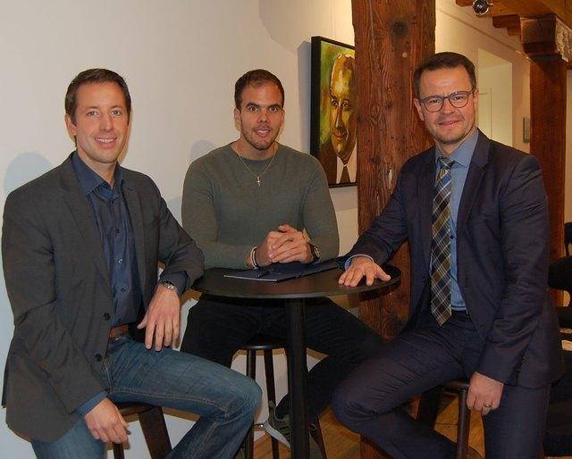 Bürgermeister Manuel Tabor (links) und sein Amtskollege Marco Steffens (rechts) im Austausch mit dem gemeinsamen Integrationsmanager Philipp Bürkel