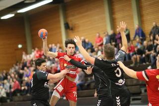 Der HTV Meißenheim (rotes Trikot) gewann nach fünf Niederlagen gegen die TG Altdorf mit 32:26.