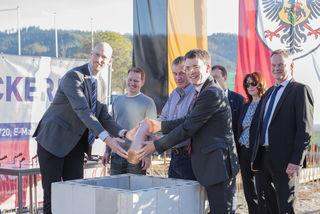 Schulleiter Stefan Feld und Uwe Göpper sowie Bürgermeister Thorsten Erny (v.l.) bei der Grundsteinlegung