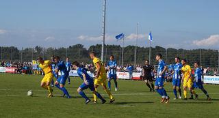 Die Abwehr des SV Oberachern (blaues Trikot) stand auch in Sandhausen sicher.