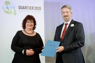 Staatssekretärin Bärbl Mielich mit Lahrs Bürgermeister Tilman Petters bei der Preisverleihung in Stuttgart
