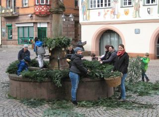 Viel Freude herrschte bei der gemeinsamen Schmückaktion am Haslacher Rohrbrunnen.