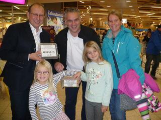 Familie Lamby kommt jedes Jahr zum Losekaufen. Links: Kuratoriumsmitglied Rainer Huber